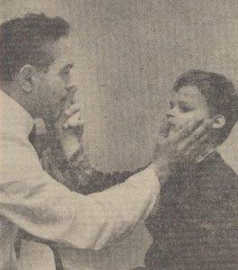 Mann und Junge ertasten Gesicht