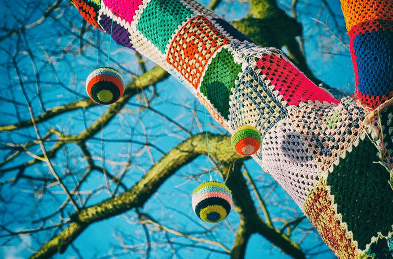Yarn Bombing - mit Wolle umgarnter Baum