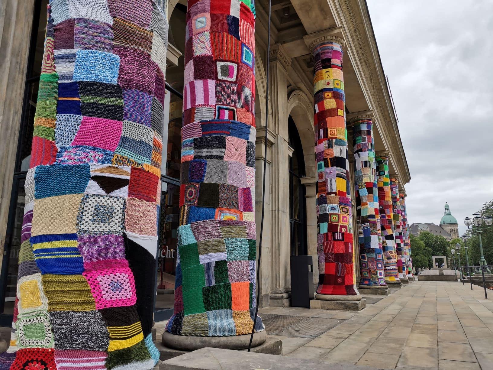 Säulen der Staatsoper Hannover mit bunter Wolle eingestrickt