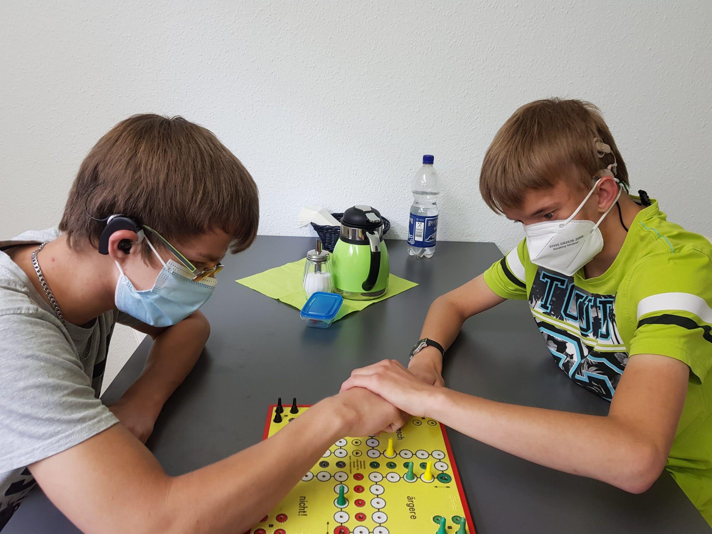Bewohner mit Taubblindheit in der Wohntrainingsgruppe spielen ein Brettspiel