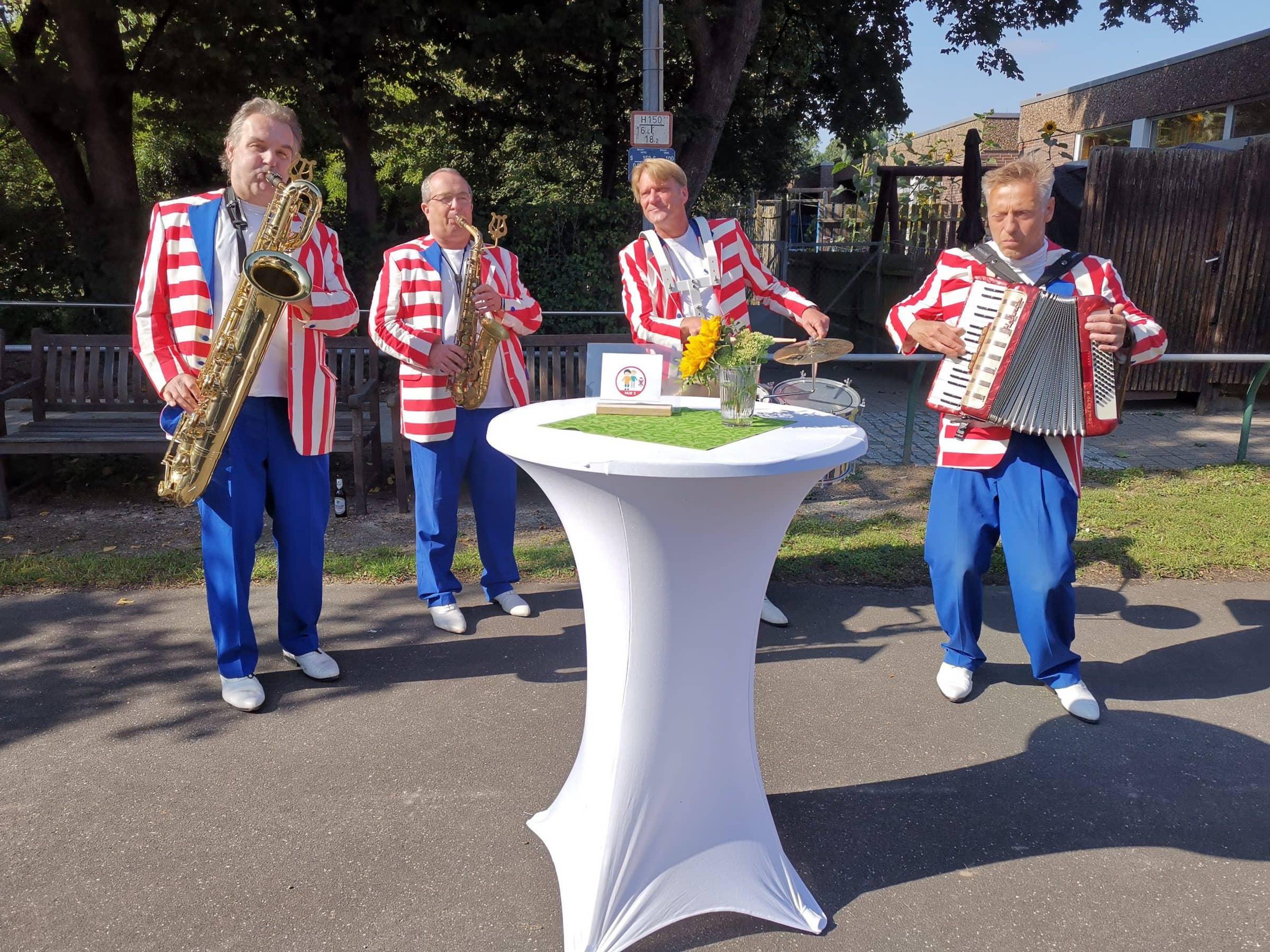 Musikband mit vier Musikern und ihren Instrumenten